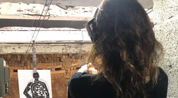 Tem Na Web - Luciana Gimenez faz disparos com arma e causa estrago